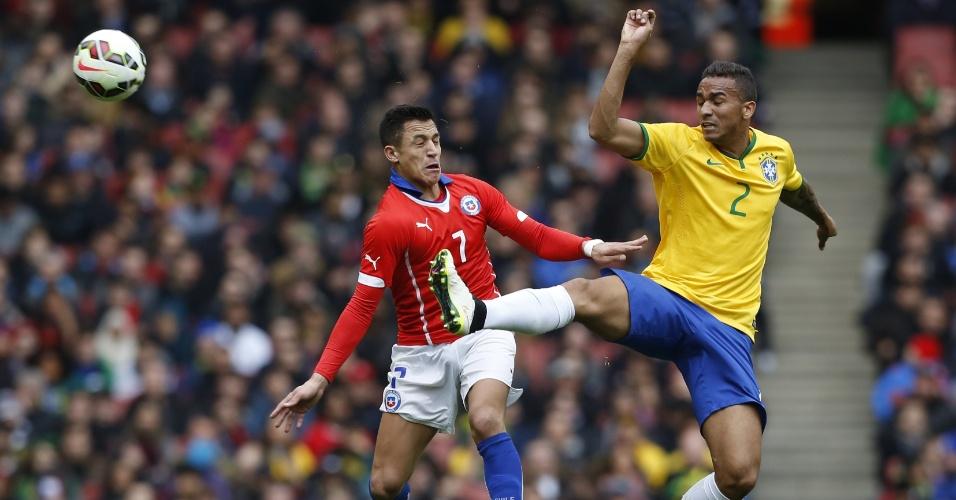29.mar.2015 - Danilo afasta perigo em lance do amistoso contra o Chile em Londres