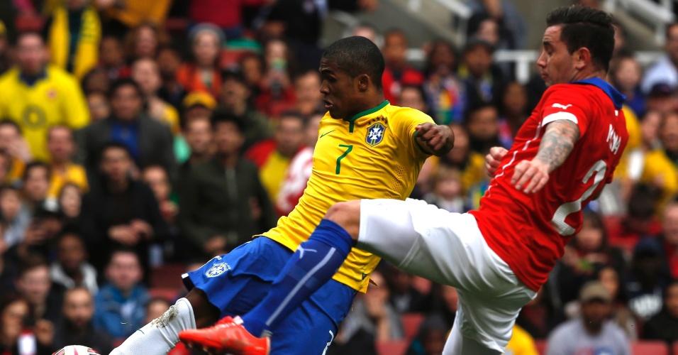 29.mar.2015 - Douglas Costa arrisca chute durante amistoso contra o Chile no Emirates Stadium