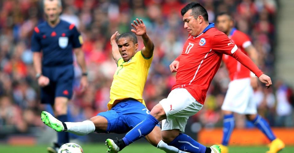 29.mar.2015 - Douglas Costa chega firme em jogada contra o chileno Gary Medel