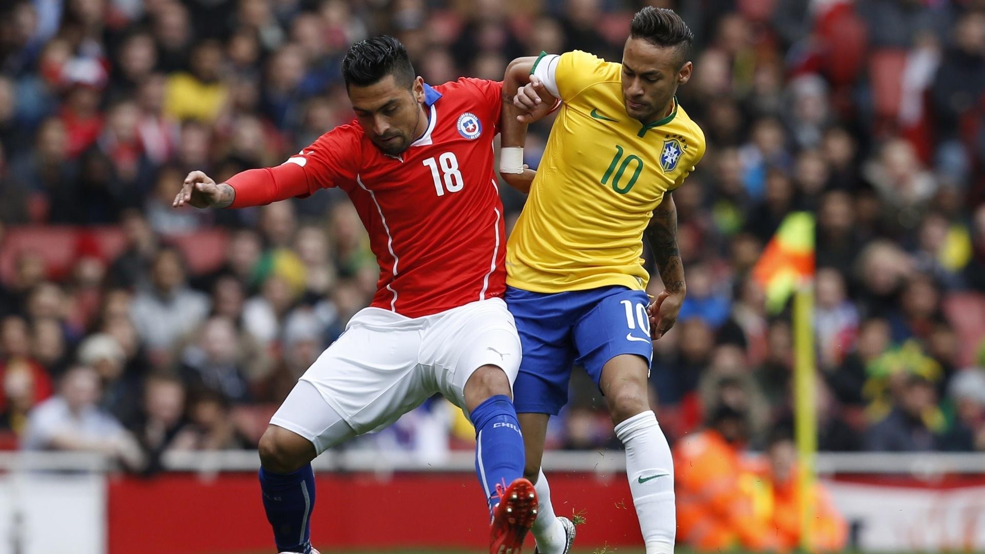 29.mar.2015 - Neymar disputa jogada com Jara, do Chile, em amistoso no Emirates Stadium