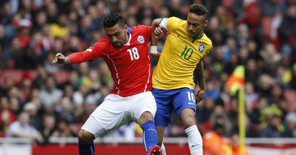 29.mar.2015 - Neymar disputa jogada com Jara, do Chile, em amistoso no Emirates Stadium