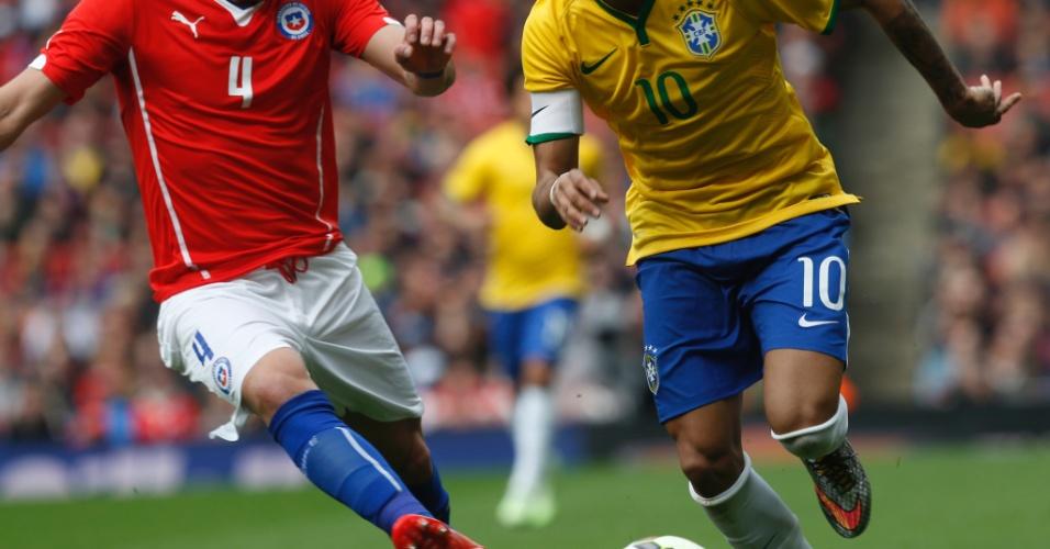 29.mar.2015 - Neymar foge da marcação de Isla, do Chile, em amistoso no Emirates Stadium
