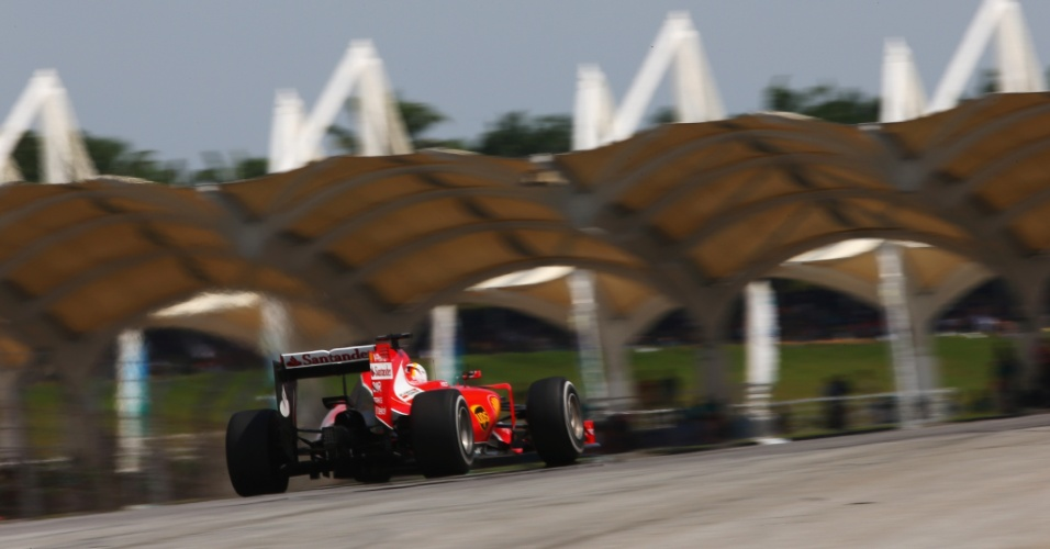 29.mar.2015 - Sebastian Vettel conduz sua Ferrari pelo circuito de Sepang durante o GP da Malásia