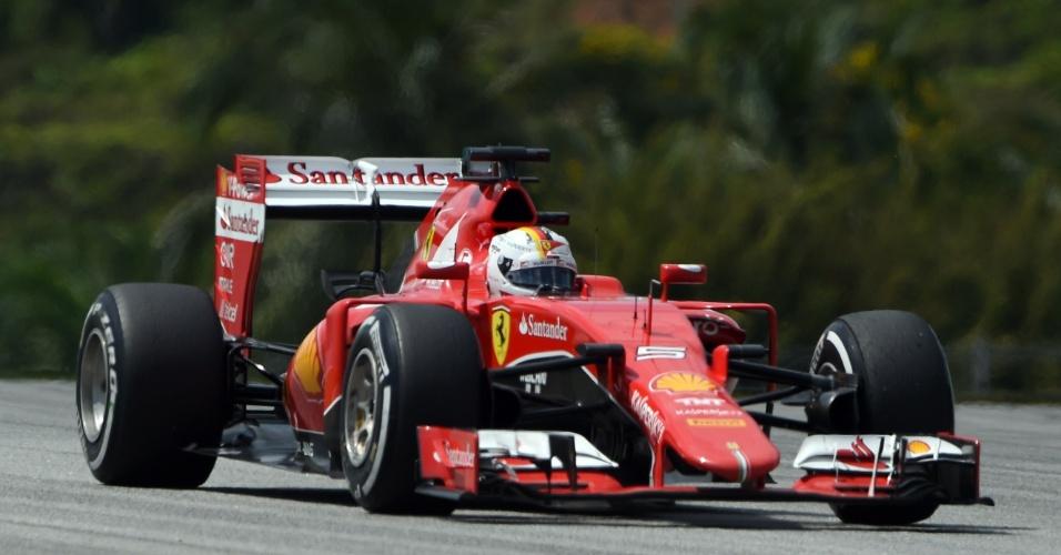 29.mar.2015 - Sebastian Vettel guia sua Ferrari pelo circuito de Sepang durante o GP da Malásia