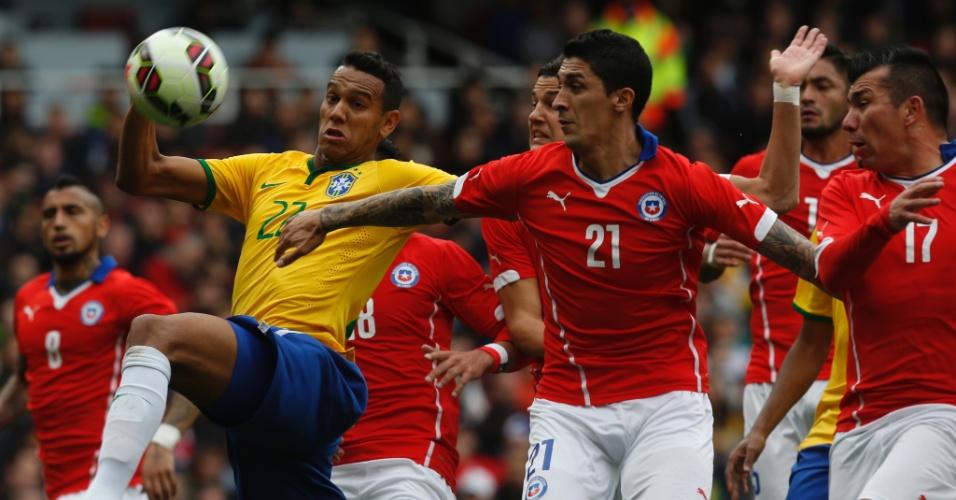 29.mar.2015 - Souza disputa jogada na partida contra o Chile em Londres