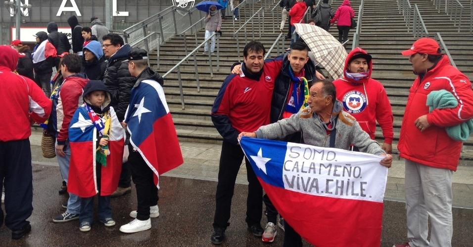 29.mar.2015 - Torcedores chilenos chegam ao Emirates Stadium para acompanhar o amistoso contra o Brasil