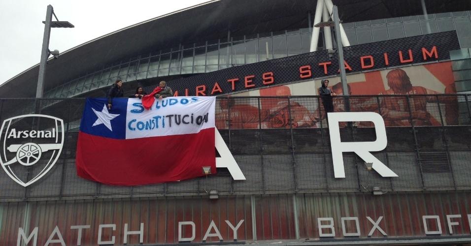 29.mar.2015 - Torcedores chilenos estendem bandeira do país na entrada do Emirates Stadium, palco do amistoso contra o Brasil