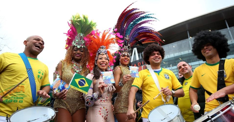 29.mar.2015 - Torcida brasileira faz a festa antes do amistoso contra o Chile no Emirates Stadium