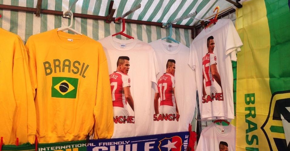 29.mar.2015 -Camisetas de Alexis Sánchez dividem espaço com itens da seleção brasileira nos arredores do Emirates Stadium