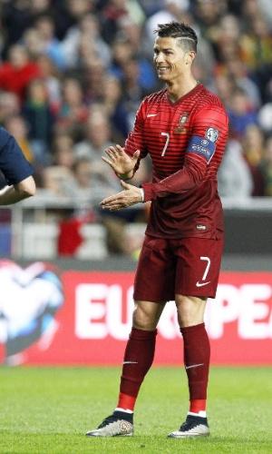 Cristiano Ronaldo gesticula com o árbitro no primeiro tempo de jogo contra a Sérvia