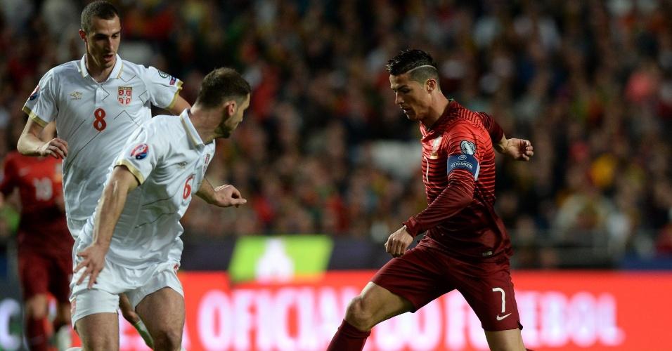 Cristiano Ronaldo tenta passar por marcador da Sérvia durante o primeiro tempo no Estádio da Luz