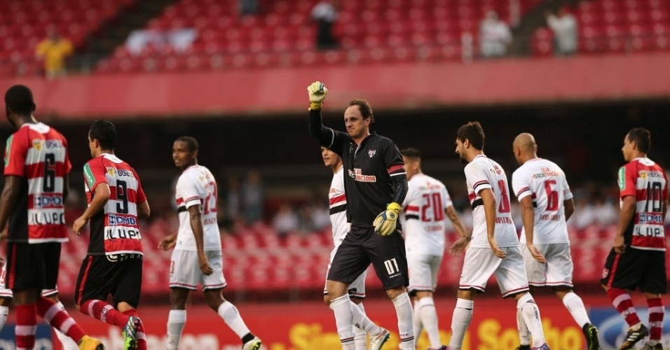 Rogério Ceni comemora golaço de falta pelo São Paulo contra o Linense no Morumbi