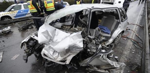 Carro que se chocou com o táxi dos gregos ficou totalmente destruído