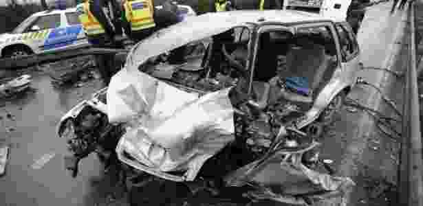 Carro que se chocou com o táxi dos gregos ficou totalmente destruído - Reprodução/Twitter