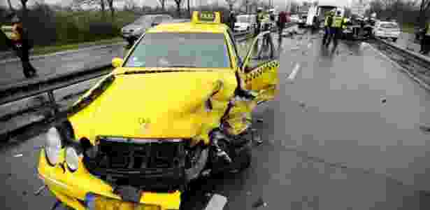 Táxi que levava jogadores gregos ao aeroporto ficou destruído - Reprodução/Twitter