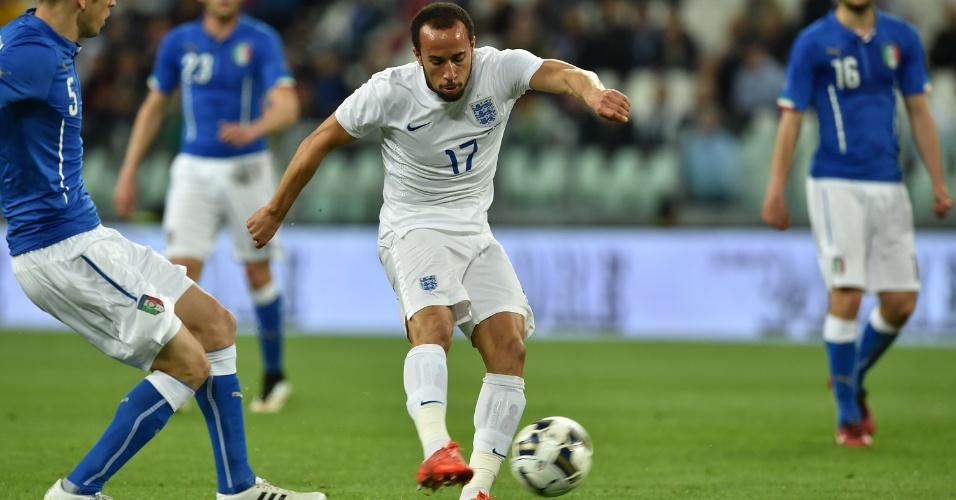 Andros Townsend, da Inglaterra, chuta para empatar o amistoso contra a Itália