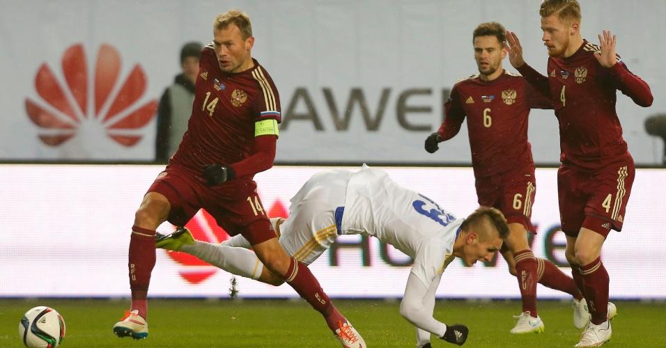 Bauyrzhan Dzholchiyev, do Cazaquistão, é derrubado durante amistoso contra a Rússia