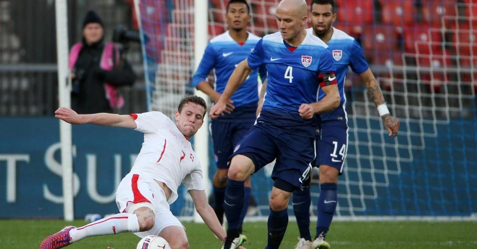 Frei, da Suíça, e Bradley, dos Estados Unidos, brigam pela bola durante amistoso