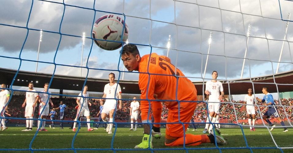 Goleiro Roman Buerki, da Suíça, observa a bola morrer no fundo do gol, durante amistoso contra os Estados Unidos