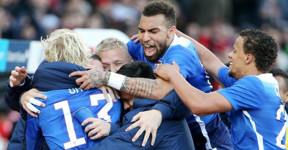 Seleção dos Estados Unidos comemora gol marcado por Brek Shea contra a Suíça
