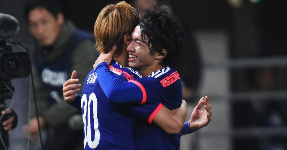 Takash e Shibasaki comemoram um dos gols do Japão contra o Uzbequistão