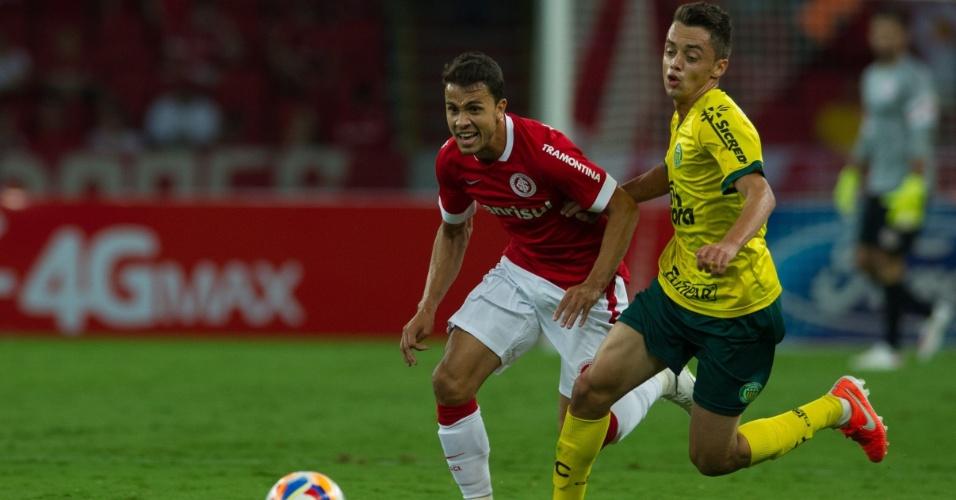 01.abr.2015 - Nilmar aposta corrida com marcador durante Inter x Ypiranga-RS