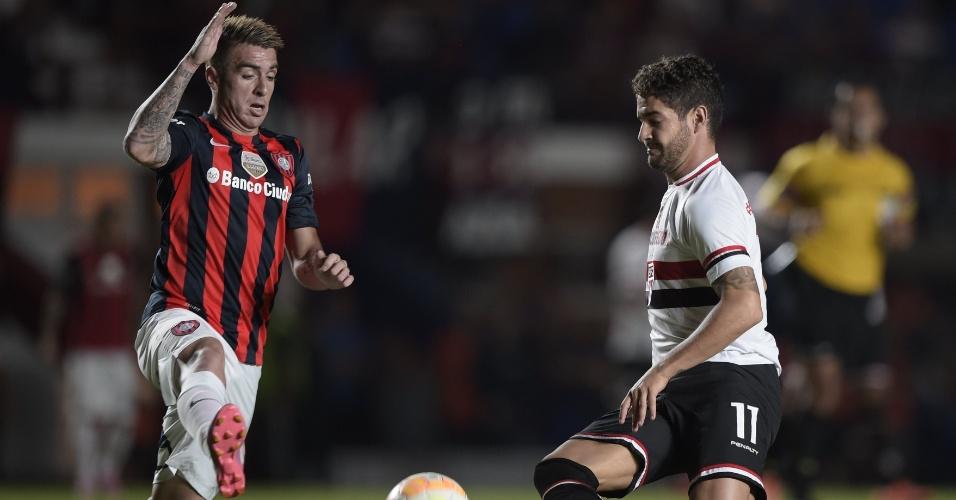 Alexandre Pato domina a bola durante a partida entre São Paulo e San Lorenzo, pela Libertadores