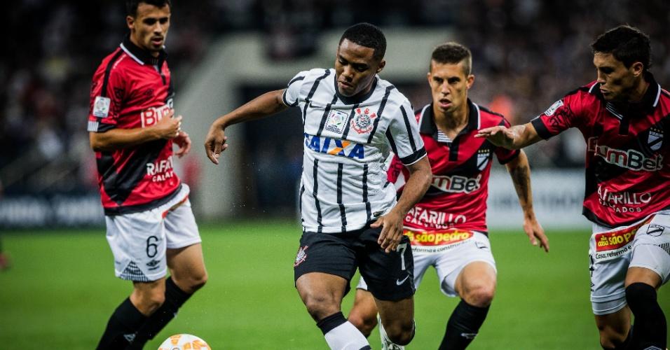 Elias em ação no confronto entre Corinthians e Danubio, válido pela fase de grupos da Libertadores