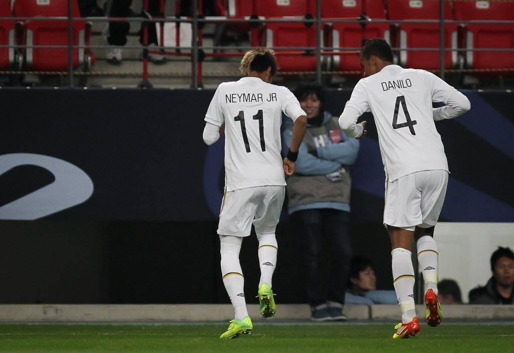 Neymar e Danilo celebram gol marcado pelo Santos na semifinal do Mundial de Clubes de 2011 contra o Kashiwa Reysol