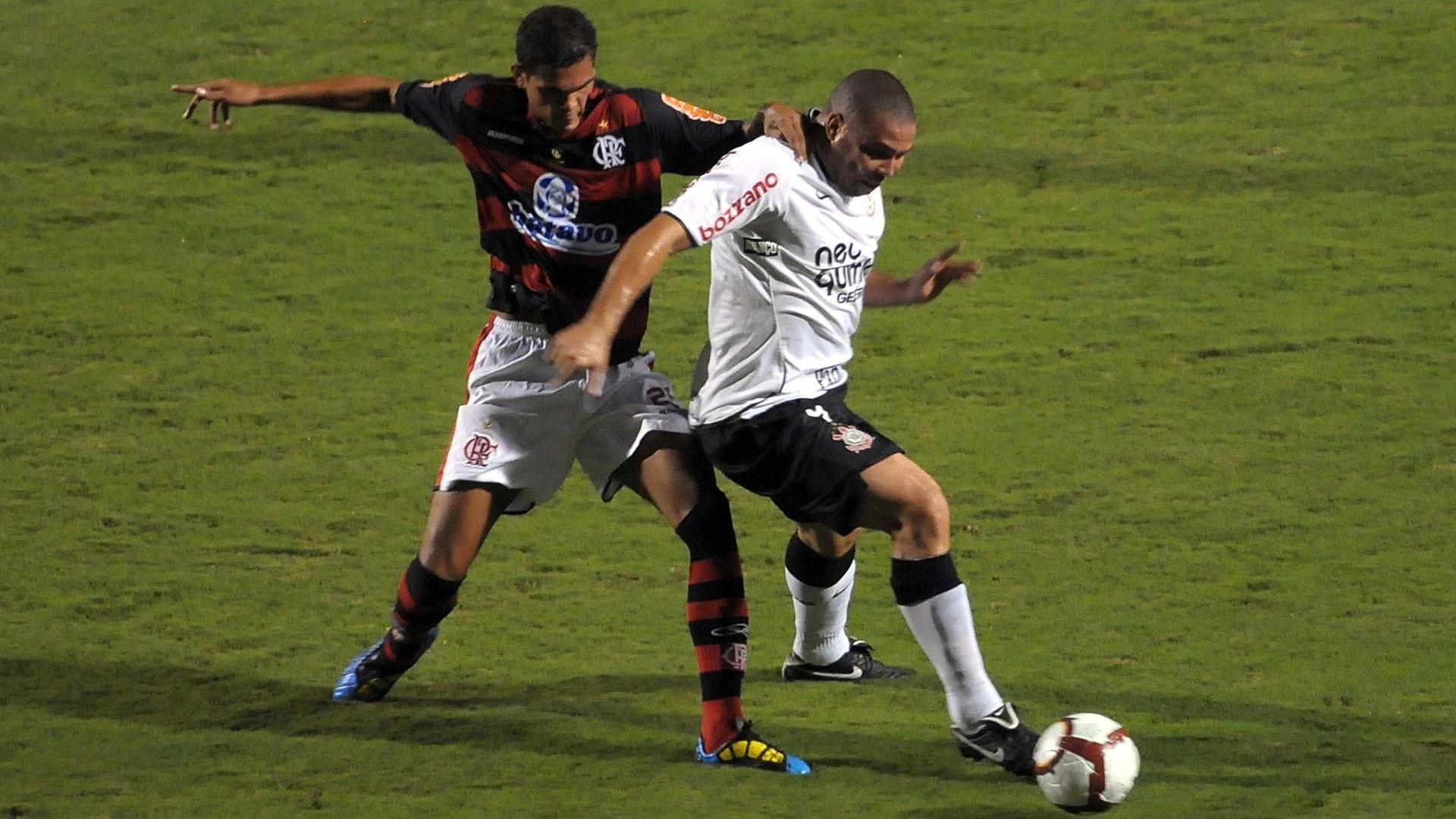 Ronaldo protege a bola no jogo que marcou a eliminação do Corinthians contra o Flamengo, na Libertadores de 2010