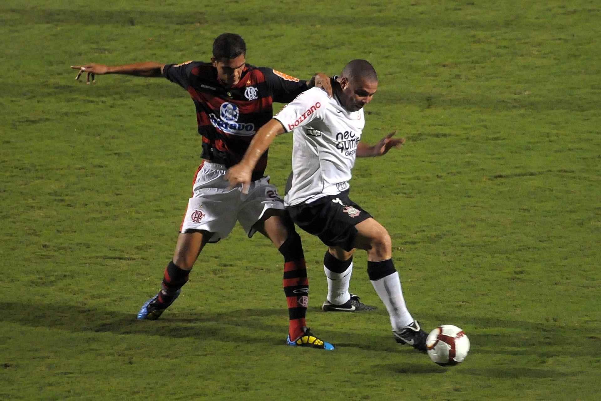 1897e9d4af2fd Ronaldo protege a bola no jogo que marcou a eliminação do Corinthians  contra o Flamengo