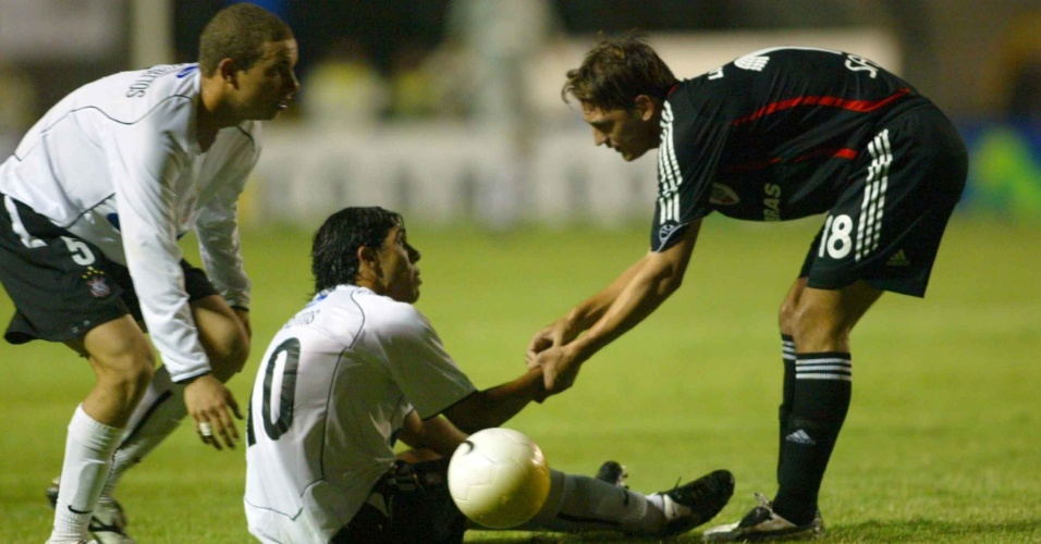 Tevez, caído, é observado por jogador do River Plate nas oitavas de final da Libertadores 2006