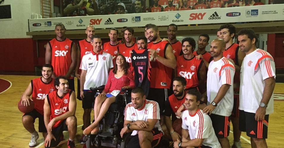02.abr.2015 - Lais Souza ganha camisa e é homenageada pelo elenco do basquete do Flamengo