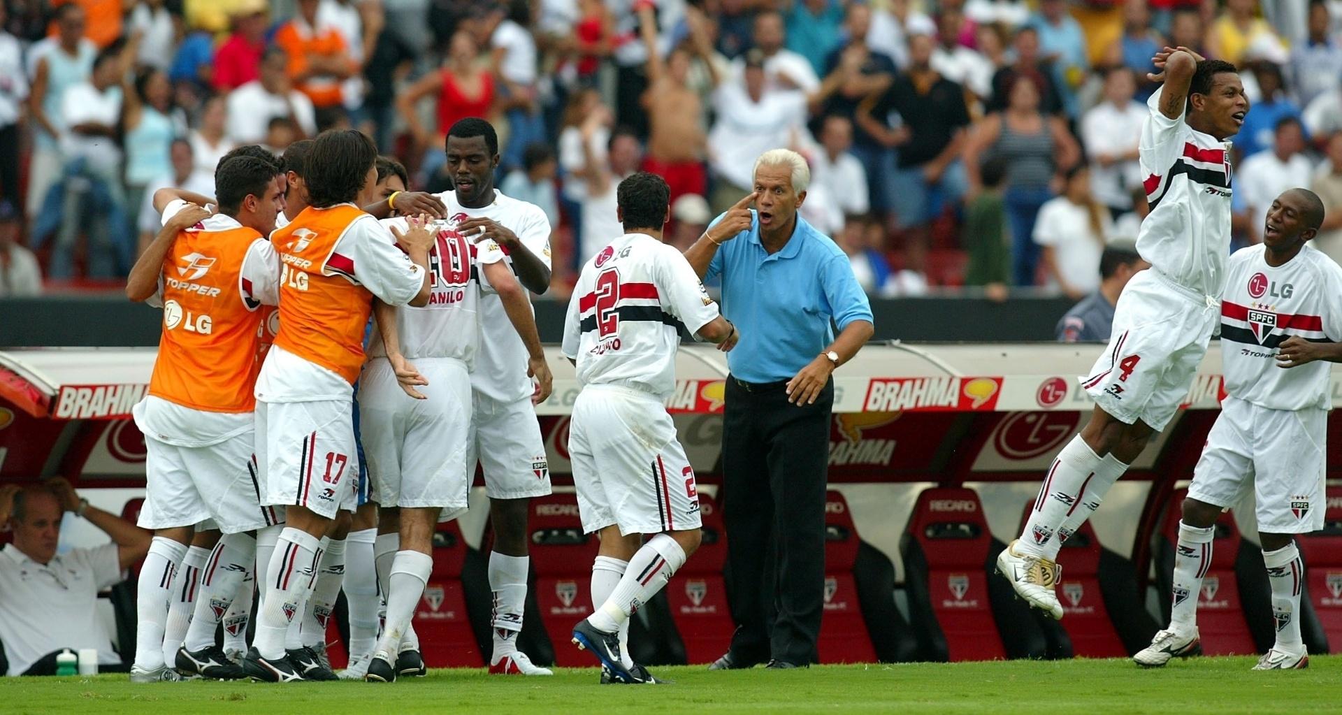 Leão orienta os jogadores do São Paulo durante a vitória sobre o Corinthians no Paulistão 2005