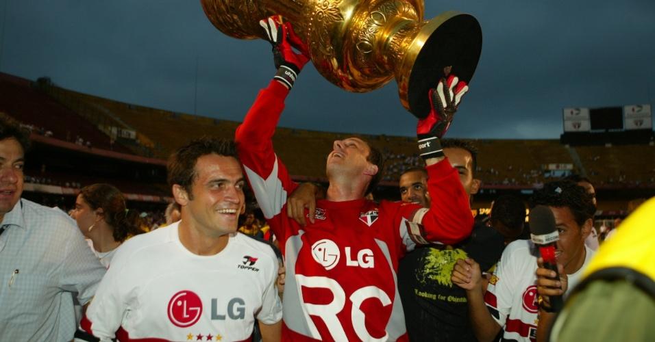 Rogério Ceni, ao lado de Falcão, ergue a troféu do Campeonato Paulista de 2005