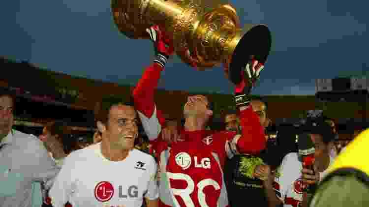 Rogério Ceni, ao lado de Falcão, ergue a troféu do Campeonato Paulista de 2005 - Tuca Vieira/FolhaImagem - Tuca Vieira/FolhaImagem