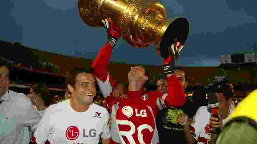 Rogério Ceni, ao lado de Falcão, ergue a troféu do Campeonato Paulista de 2005 - Tuca Vieira/FolhaImagem