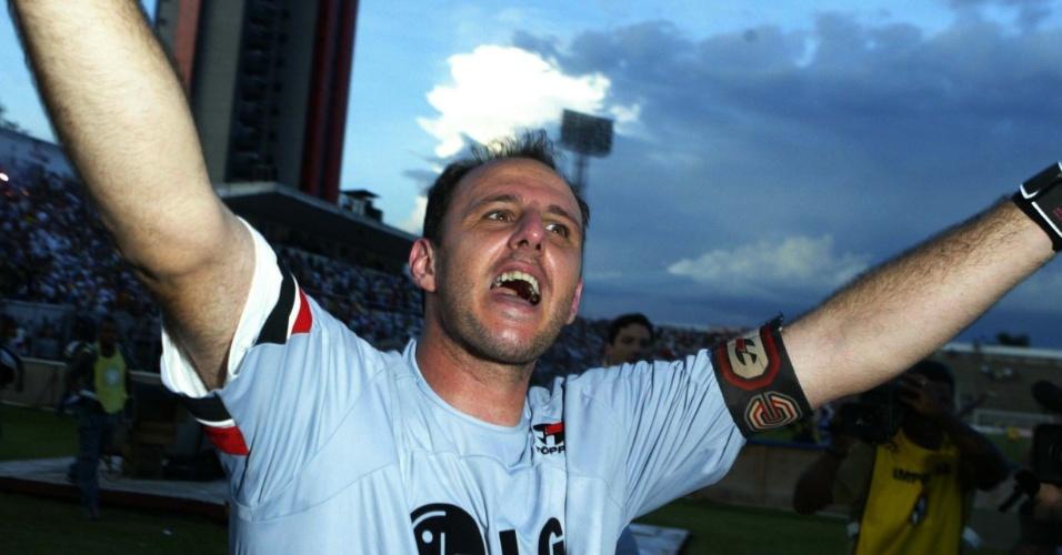 Rogério Ceni comemora título estadual do São Paulo em 2005, após empate sem gols com o Santos