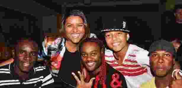 Vagner Love (centro) e Evander (de boné e camisa branca): eles se chamam de irmãos - Reprodução / Facebook - Reprodução / Facebook