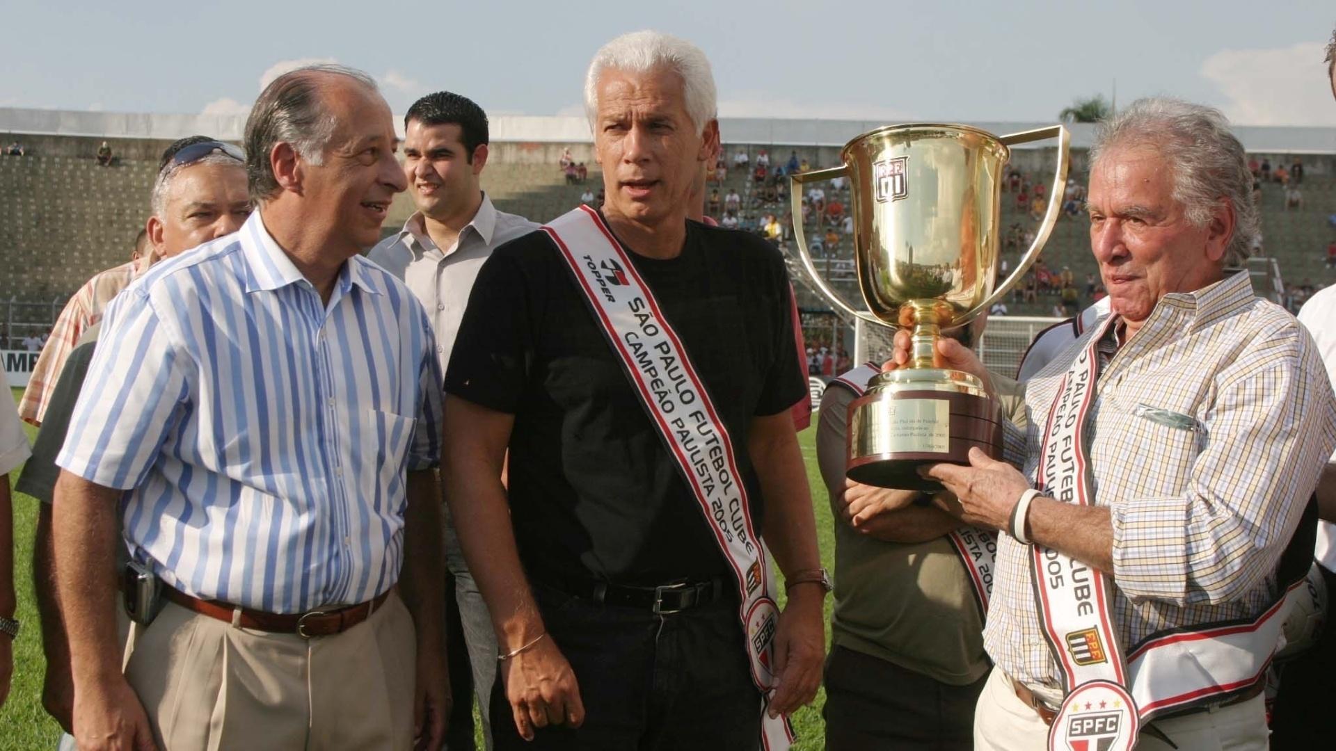 Leão e Juvenal Juvêncio, ao lado de Marco Polo Del Nero, recebem o troféu pela conquista do Paulistão