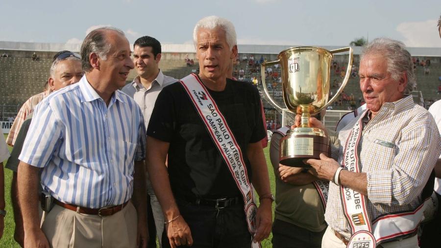 Leão e Juvenal Juvêncio, ao lado de Marco Polo Del Nero, recebem o troféu pela conquista do Paulistão - Fernando Santos/FolhaImagem