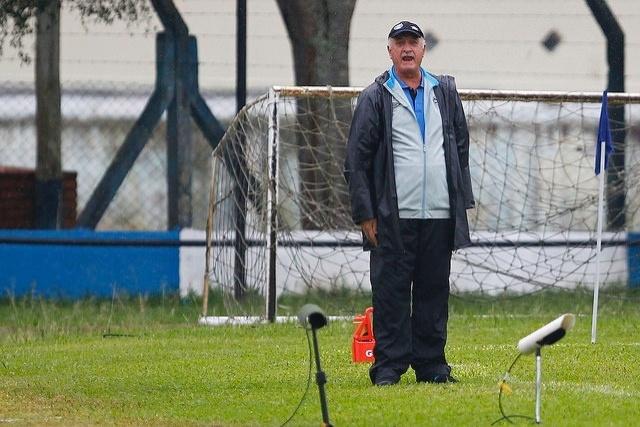 05 abr 2015 - Felipão grita com jogadores do Grêmio em empate com o São José