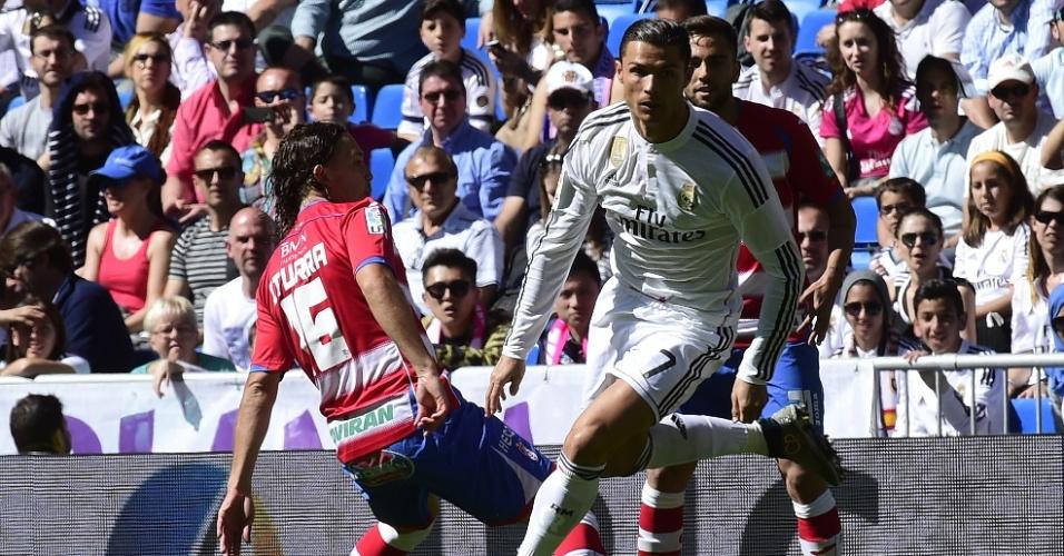 05.abr.2015 - Cristiano Ronaldo tenta passar pela marcação de Iturra durante a partida entre Real Madrid e Granada pelo Campeonato Espanhol