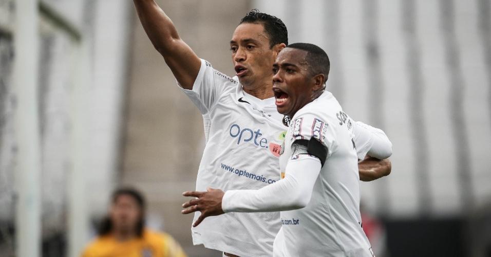 Ricardo Oliveira comemora gol do Santos ao lado de Robinho, no clássico contra o Corinthians