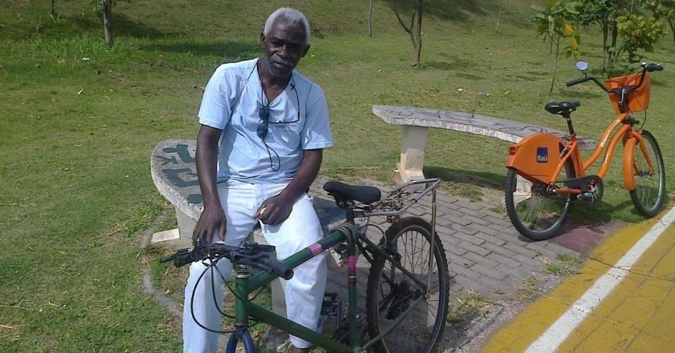 Antônio Roberto Rufino, morador da região e usuário da ciclovia, aproveita um dos poucos pontos de descanso espalhados pelo trajeto