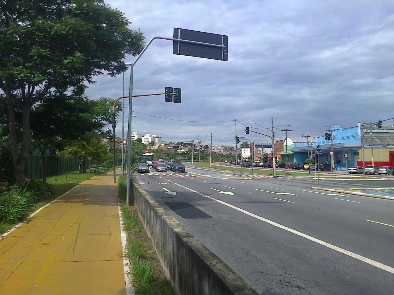 Muro de concreto separa a ciclovia da avenida ao lado do trajeto