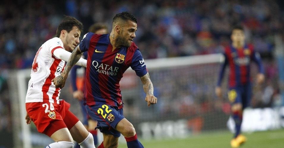 Apesar de ter futuro indefinido, Dani Alves segue como titular do Barcelona