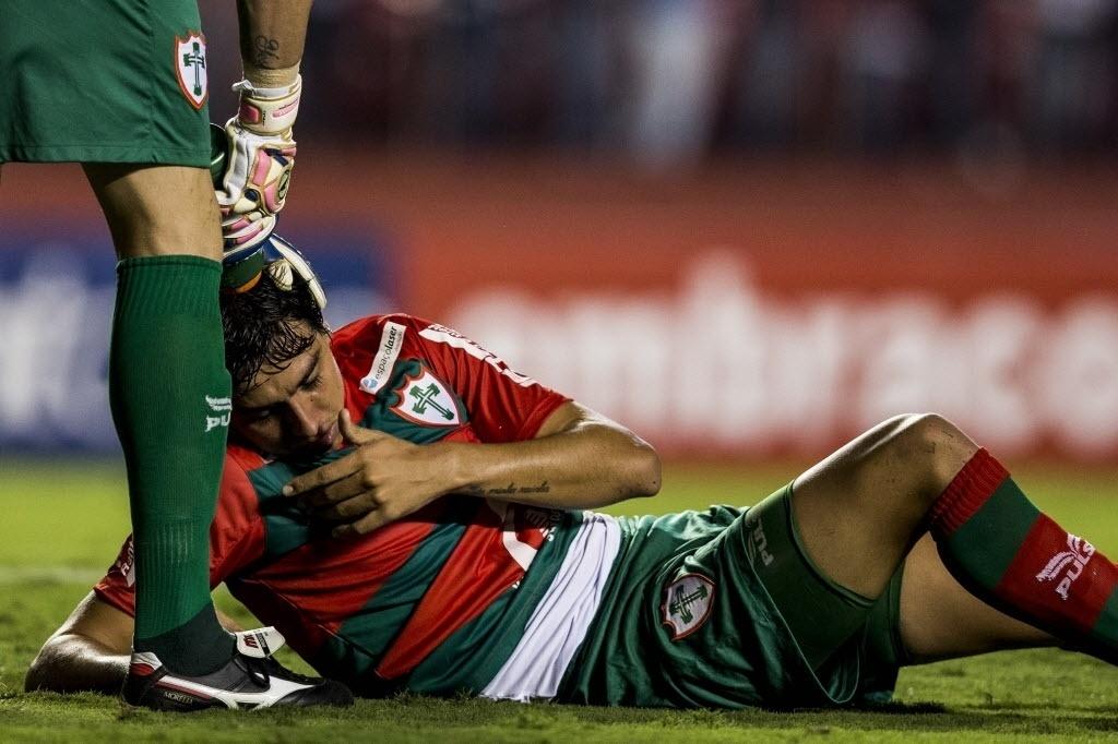 Guilherme Almeida fica caído após tomar bolada no rosto no jogo entre SP e Portuguesa