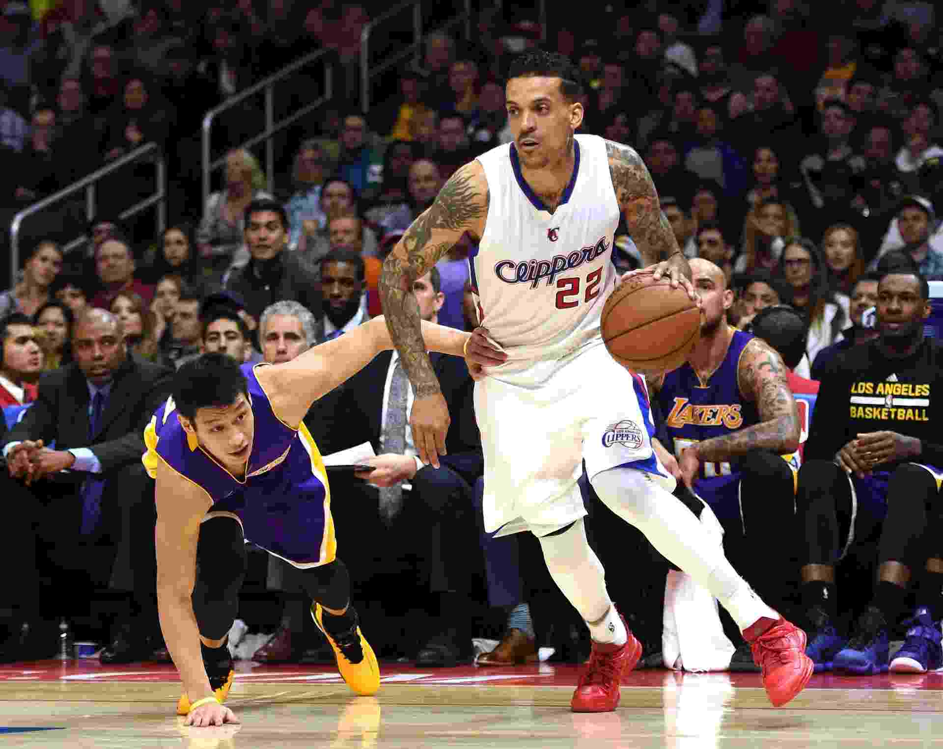 Matt Barnes, do Los Angeles Clippers, passa por Jeremy Lin, do Los Angeles Lakers - undefined