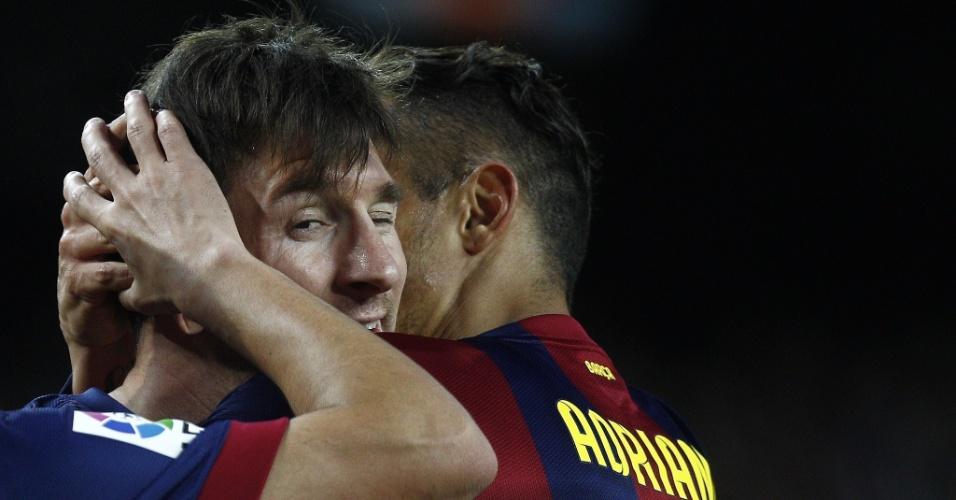 Messi é abraçado por Adriano após marcar o primeiro gol do Barcelona contra o Almería
